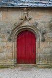 Alte rote Weinlesetür in der Kirche Frankreich Stockfotografie