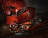 Alte rote Werkzeugkasten-Holz-Arbeitsgeräte Stockbild
