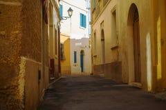 Alte ruhige Straße in Siggiewi, Malta lizenzfreie stockfotografie