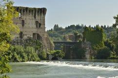 Alte Ruinen über dem Fluss Lizenzfreie Stockbilder