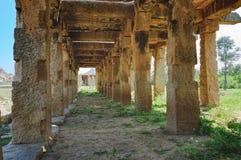 Alte Ruinen auf Krishna Bazaar in Hampi, Indien stockbilder