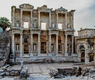 Alte Ruinen der Bibliothek von Ephesus Stockfotografie