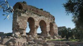 Alte Ruinen der byzantinischen Stadt nannten Tralleis mit Olivenbäumen, Aydin, die Türkei 4K Lizenzfreies Stockfoto