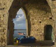 Alte Ruinen der Hütte des Fischers auf dem Strand Stockbild