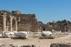 Alte Ruinen in der Seite, die Türkei Schöne Ruinen eines Teils des Tempels von Appalon, gegen den blauen Himmel Stockfotos