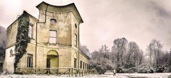 Alte Ruinen des historischen Gebäudes in der Winterlandschaft - lokale urbex Marksteinruinen von Landhaus sampieri Kralle in Casa stockbild