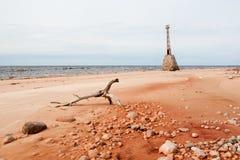 Alte Ruinen des Leuchtturmes auf dem Ufer von Ostsee Stockbild