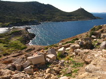 Alte Ruinen des Mittelmeer-, alten Marmors der Kolonnaden, Tempel, Ruinen, Felsen, Meer, das Mittelmeer clear lizenzfreie stockfotos
