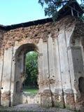 Alte Ruinen im Stadtpark Die Überreste des Gebäudes werden vom roten Backstein gemacht Lizenzfreies Stockfoto