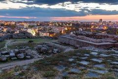 Alte Ruinen und Panorama von Plowdiw von Nebet-tepe Hügel Lizenzfreie Stockfotografie