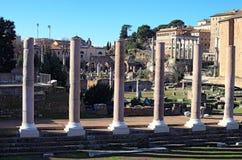 Alte Ruinen und Spalten in Roman Forum Schöne alte Fenster in Rom (Italien) Lizenzfreie Stockfotos