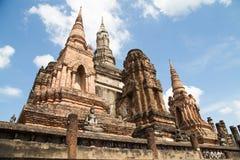 Alte Ruinen von Tempeln und von Pagoden im historischen Park von Thail Stockfotografie