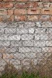 Alte ruinierte Backsteinmauer mit Spuren des Zementes Lizenzfreie Stockfotos