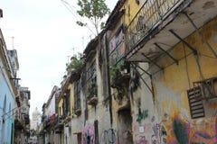 Alte ruinierte Balkone und Fassaden auf der Straße in der historischen Mitte von Havana, Kuba lizenzfreies stockbild