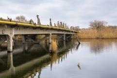 Alte ruinierte Brücke Stockfotos