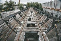 Alte ruinierte Brücke, getont stockfoto