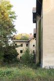 Alte ruinierte Häuser mit den Bäumen, die durch sein Dach wachsen Stockbild