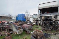 Alte ruinierte, verlassene LKWs Der alte LKW-Friedhof Stockfotografie