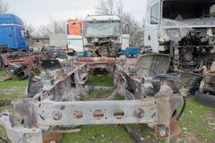 Alte ruinierte, verlassene LKWs Der alte LKW-Friedhof Lizenzfreies Stockbild
