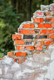 Alte ruinierte Wand des roten Backsteins Stockbilder