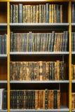 Alte russische Bücher auf einem Shelfs im Staatsangehörigen Stockfotografie