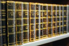 Alte russische Bücher auf einem Shelfs im Staatsangehörigen Lizenzfreie Stockbilder
