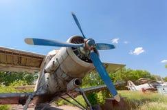 Alte russische Flugzeuge An-2 an einem verlassenen Flughafen Lizenzfreie Stockfotografie
