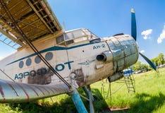Alte russische Flugzeuge An-2 an einem verlassenen Flughafen Stockbilder