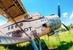 Alte russische Flugzeuge An-2 an einem verlassenen Flughafen im summertim Lizenzfreie Stockfotos