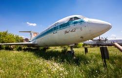 Alte russische Flugzeuge Yak-42 an einem verlassenen Flughafen im summert Lizenzfreies Stockfoto