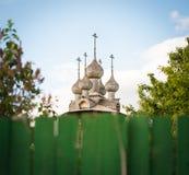 Alte russische hölzerne Kirche. Ansicht über Zaun. Stockbild