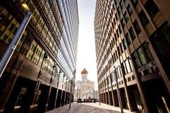 Alte russische Kirche zwischen zwei modernen Wolkenkratzern Stockfotografie
