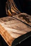 Alte russische orthodoxe Bibel auf dem Tisch mit einem Goldkreuz Stockfotos