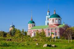 Alte russische Stadt, Sommerlandschaft mit der alten orthodoxen Kirche Lizenzfreie Stockfotografie