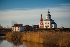 Alte russische Stadtlandschaft mit Kirche Ansicht von Suzdal-Stadtbild Lizenzfreies Stockbild