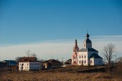 Alte russische Stadtlandschaft mit Kirche Ansicht von Suzdal-Stadtbild Stockfotografie
