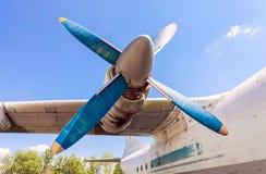 Alte russische Turboprop-Triebwerk Flugzeuge am verlassenen Flughafen Lizenzfreie Stockfotos