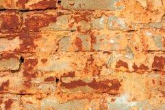 Alte rustikale Backsteinmauer mit gebrochenem Stuck Stockfoto