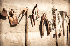 Alte rustikale dekorative landwirtschaftliche Werkzeuge Stockfotografie
