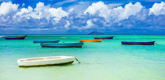 Alte rustikale Fischer ` Boote im Türkismeer Mauritius-Insel s Stockfotografie