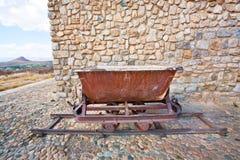 Alte rustikale Kohlengrubelaufkatze auf den Schienen Stockfoto