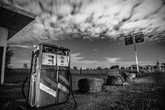 Alte rustikale Pumpe in der Landschaft von Brisbane stockbilder