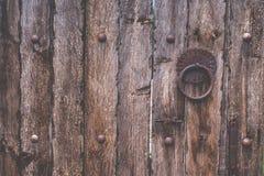 Alte rustikale und hölzerne Beschaffenheitstür des Schmutzes mit Bolzen Lizenzfreie Stockbilder