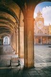 Alte Säulengangdurchgangs-Fußweise im Sonnenunterganglicht in Venedig Italien Lizenzfreie Stockbilder