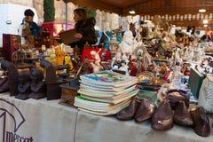 Alte Sachen an der Flohmarkt am Quadrat vor Barcelona-Kathedrale Lizenzfreie Stockfotos