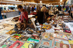 Alte Sachen und Bücher an der Flohmarkt Lizenzfreie Stockfotos