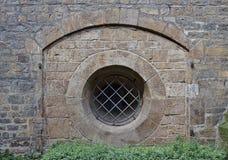 Alte Sandsteinwand mit Bogen und ringsum Fenster abgehalten Lizenzfreies Stockbild