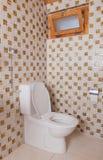 Alte saubere Toilette mit alten Fliesen Stockfoto
