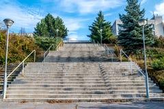 Alte scale concrete al complesso di costruzione pubblico di sport a novembre, a Bratislava, la Slovacchia Fotografia Stock