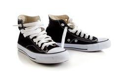 Alte scarpe da tennis superiori nere su bianco Fotografie Stock
